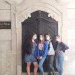 thumbnail Dívky u původních dveří muzea ve starém Mostě 1